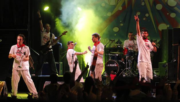 Los miembros de La Pegatina lucen una camiseta especial diseñada para San Fermín.