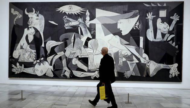 Imagen de un visitante frente al Guernica, en el Museo Reina Sofía de Madrid.
