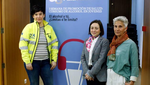 De izda a dcha: Raquel Ruiz, enfermera voluntaria de DYA Navarra; Navidad Canga, profesora de Enfermería Comunitaria de la Universidad de Navarra; y Arantxa Gambra, coordinadora de educación vial en Navarra de la Dirección General de Tráfico, este martes durante la presentación.