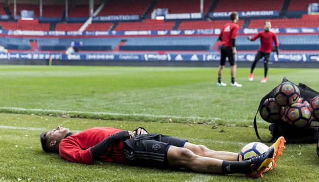Sergio León, tumbado en el césped de El Sadar antes del entrenamiento de ayer.