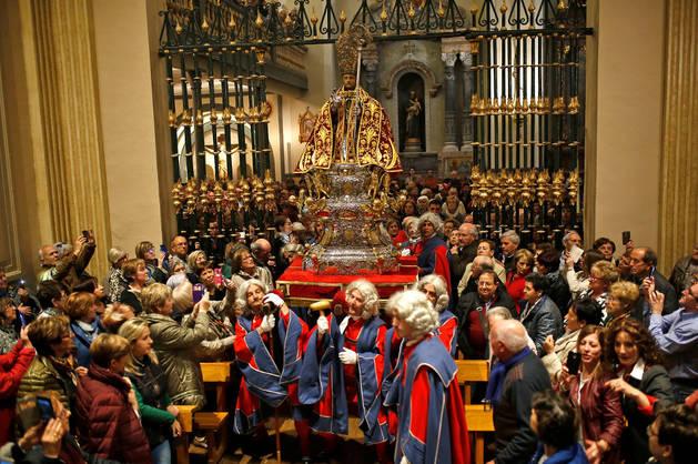 Imagen de los doce portadores transportando la figura de San Fermín al interior de la capilla.