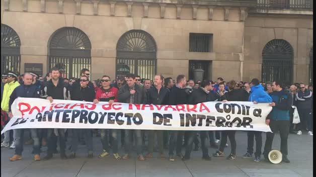 Policías protestan contra la ley del Gobierno de Navarra