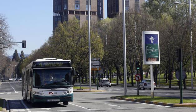Una villavesa circula por la avenida de Pío XII, donde el transporte público cuenta con ocho paradas.