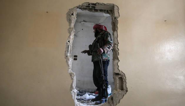 Imagen de un hombre armado en Siria