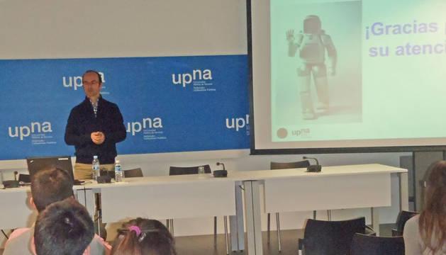 foto de El profesor Juan Ignacio Latorre, durante su charla en el campus de Tudela de la UPNA.