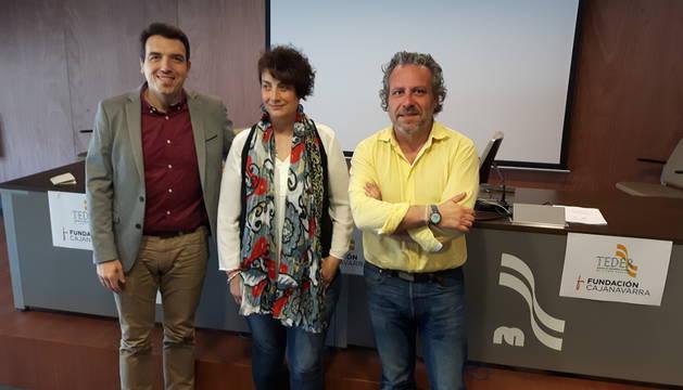 Imagen de Fernando Urra, Mariví Sevilla y José Luis Echeverría tras la presentación.