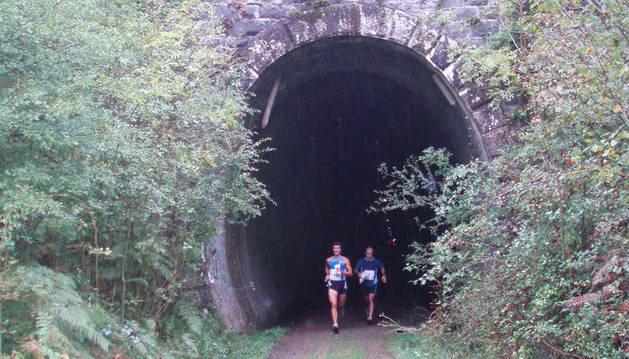 Imagen de dos corredores abandonan el túnel de Uitzi en una prueba.