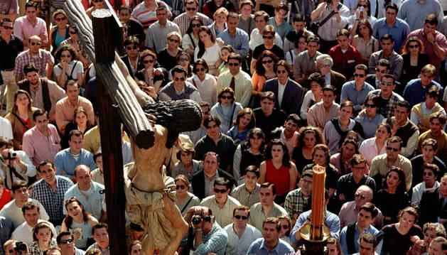 Imagen del paso del Cristo de la Buena Muerte de la cofradía de estudiantes en un procesión sevillana.