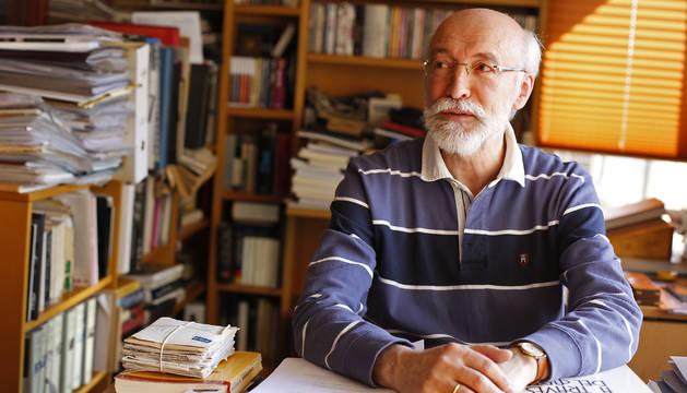 Javier Zubiaur, esta semana, en el rincón de trabajo de su casa, en Pamplona.