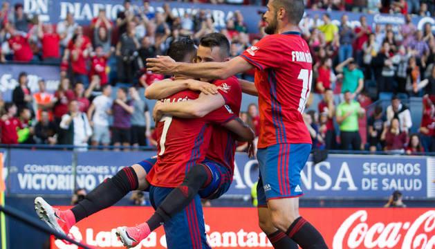 Álex Berenguer y Fran Mérida abrazan a Sergio León después de uno de sus dos goles ante el Leganés el pasado domingo en El Sadar.