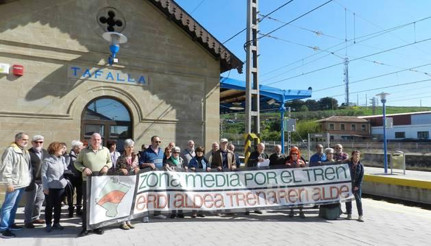 Representantes de Zona Media por el Tren en el acto de ayer.