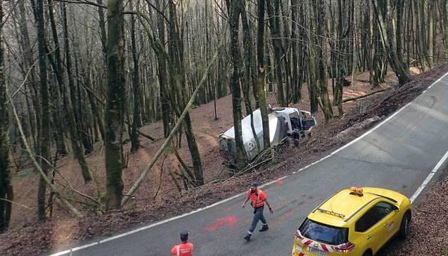 Miembros del GREIM (Grupo de Rescate e Intervención den Montaña de la Guardia Civil) y de la Policía Foral acudieron al suceso registrado NA-4011.