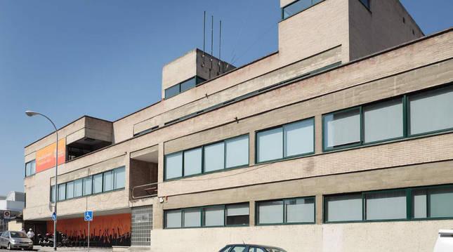 Foto de la fachada principal de la casa de juventud de Pamplona.