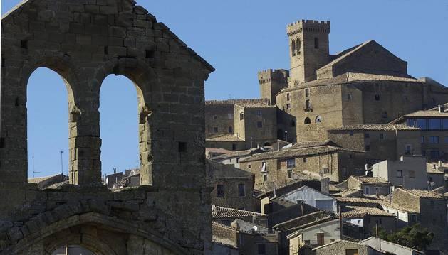 Visita de Ujué medieval, con la iglesia fortaleza en lo más alto.