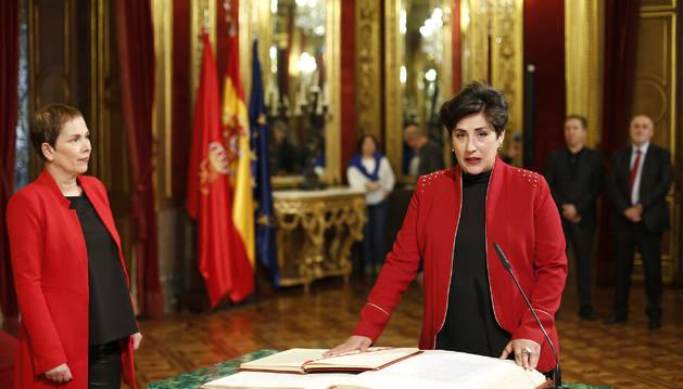 Solana promete su cargo como consejera ante la presidenta Barkos y con el dimitido Mendoza a su espalda.