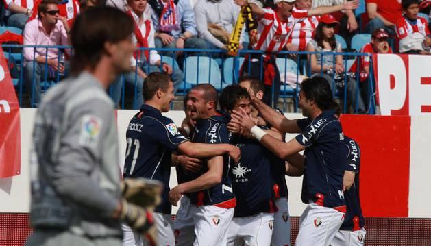 Los jugadores de Osasuna celebran el primer gol marcado por Pandiani