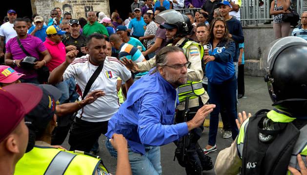 Imagen de enfrentamientos entre chavistas y opositores antes de la procesión del Nazareno de San Pablo en Caracas.