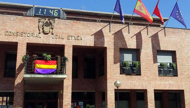 La bandera republicana ondea en un balcón del Ayuntamiento de Barañáin