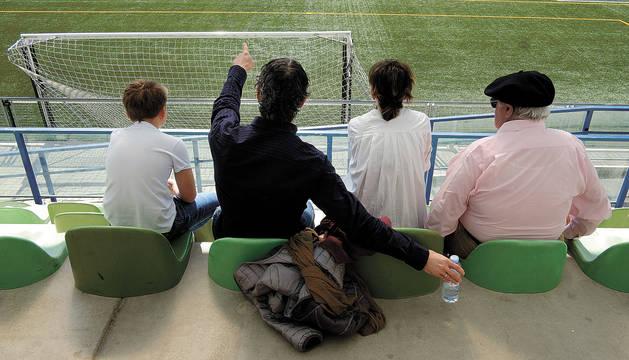 Imagen de una familia, durante un partido de fútbol en la Agrupación Deportiva San Juan de Pamplona.