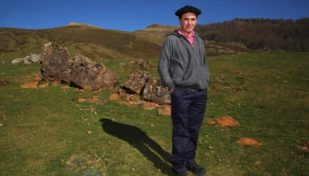 Patxi Zabalza Garate, en el collado de Azpegi (1.060 metros), un paraje salpicado de monumentos megalíticos. Detrás, la cima del monte Urkulu, con la antigua torre romana, a 1.423 metros de altitud. En este terreno comunal pastará su ganado desde mayo.