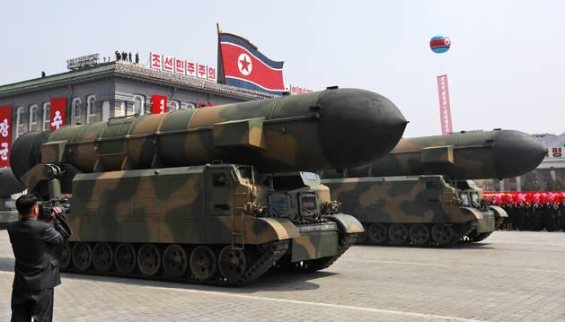 Foto de Pyongyang exhibe su poder armamentístico en un desfile militar.
