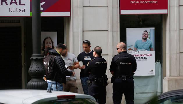 Fotos de policías nacoinales en un cajero del Paseo de Sarasate donde ha aparecido muerta una mujer.