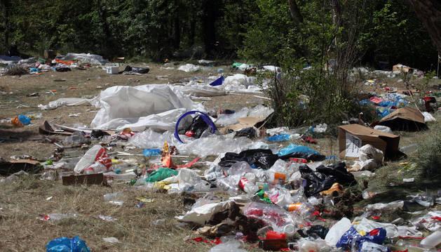 Aspecto que presentaba ayer por la mañana el paraje de las Norias, lleno de restos de basura.