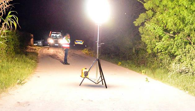 Agentes de Policía Foral realizando una inspección ocular en el lugar del atropello mortal de Tudela.