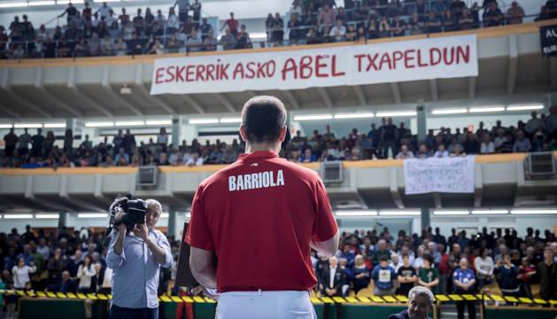 Barriola, poco antes de empezar su último partido como profesional en un frontón Labrit a rebosar puesto en pie en el momento del homenaje.