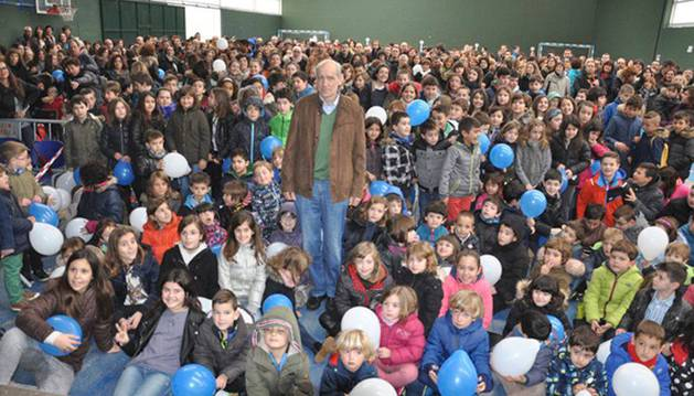 Félix Solchaga rodeado de los alumnos del colegio público el día que le brindaron el homenaje.