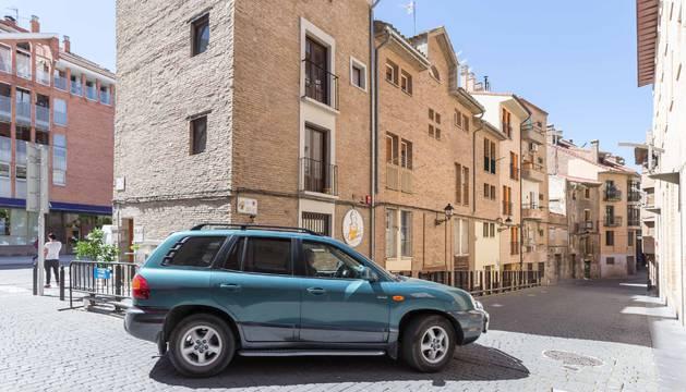 Un coche accede a la nueva zona peatonal por la calle Verjas, donde se instalará una cámara.