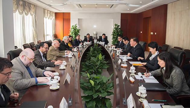 Andrés Herrera, segundo por la izquierda, en una reunión presidida por el Viceministro del departamento de Enlace Internacional Guo Chau.