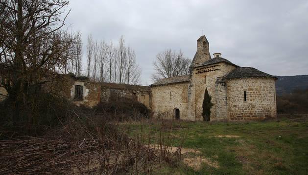 Panorámica del monasterio de Yarte, en Lete (Cendea de Iza). Al fondo, la escombrera de Oskia.