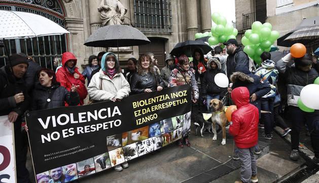 Miembros de la asociación Libertad Animal Navarra se concentraron el domingo en la plaza del Ayuntamiento de Pamplona.