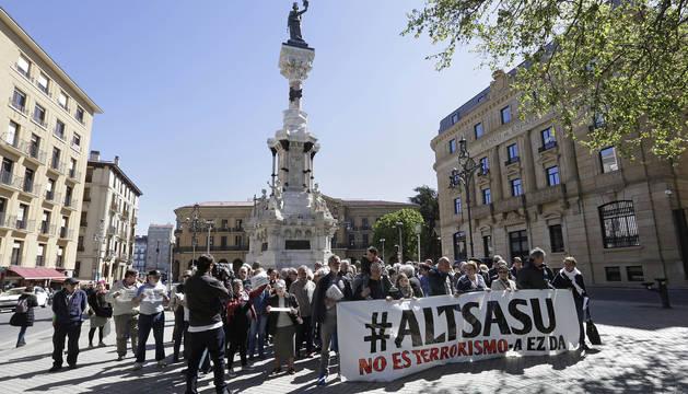 Imagen de los familiares de los jóvenes agresores de Alsasua, durante la concentración en Pamplona.