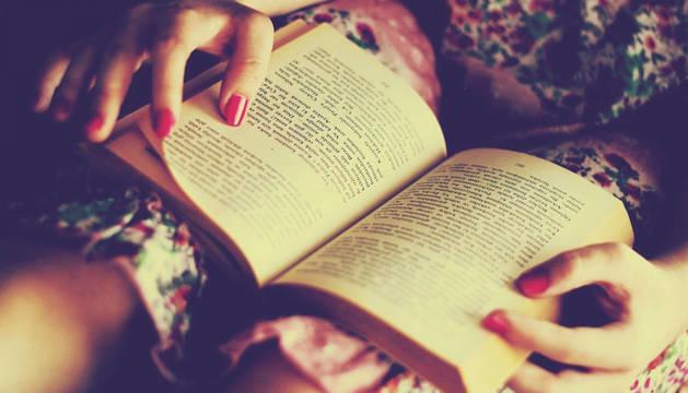 Una mujer lee un libro de poesía