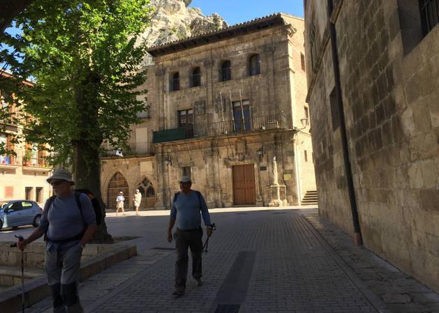Imagen del palacio barroco que se va a rehabilitar, al fondo de la fotografía de este jueves en el barrio monumental.