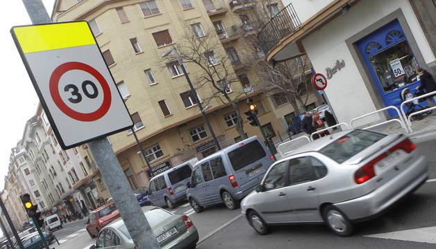 Una señal obliga a reducir la velocidad a 30 Km/ h a la entrada de la calle Amaya.