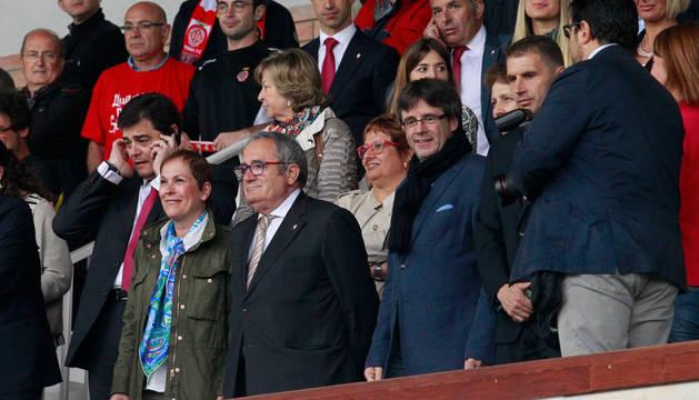 La presidenta del Gobierno de Navarra, Uxue Barkos, y el presidente de Osasuna, Luis Sabalza, en el palco de Girona el día del ascenso.