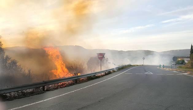 Llamas al borde de la carretera del acceso sur de Sangüesa en el incendio provocado el domingo 16 de abril.