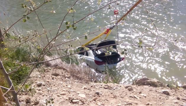 Rescate del coche que cayó al Arga en Larraga