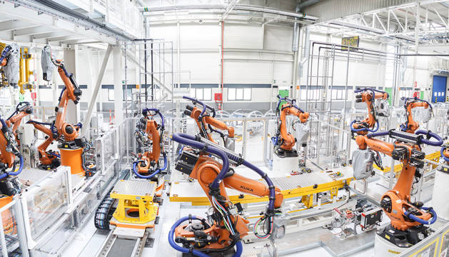 Volkswagen Navarra ha estrenado una nave de Chapistería tras una inversión de 117,2 millones de euros. En 32.000 metros cuadrados, contiene 366 robots y alberga el primer paso del proceso productivo del nuevo Volkswagen Polo: la fabricación del bastidor del vehículo.