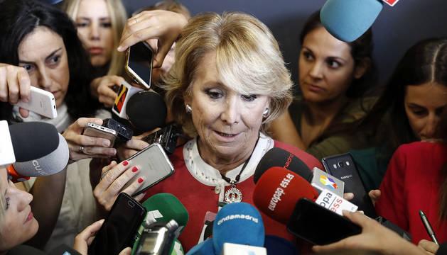 Imagen de Esperanza Aguirre, ante los medios tras salir de declarar.