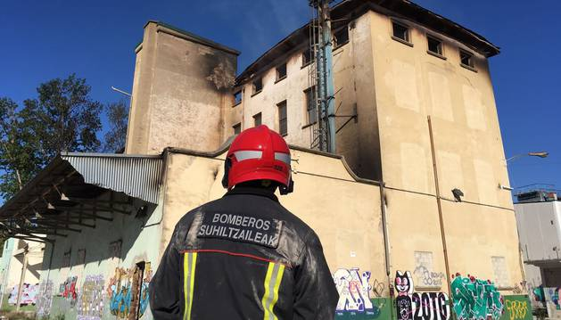Foto de los bomberos vigilan la evolución del incendio.