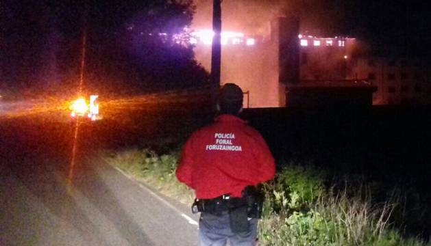 Foto de la Policía Foral controlando la evolución del incendio.