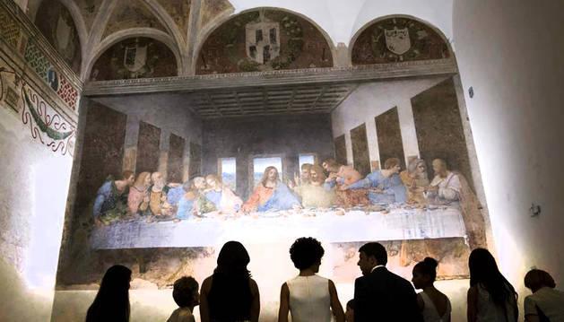 El fresco de Da Vinci ante unos visitantes.