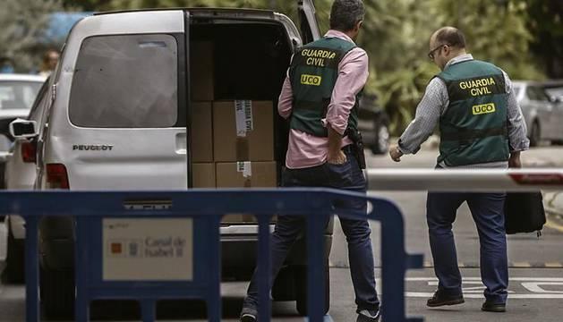 La Guardia Civil recopilando información de la sede del Canal de Isabel II