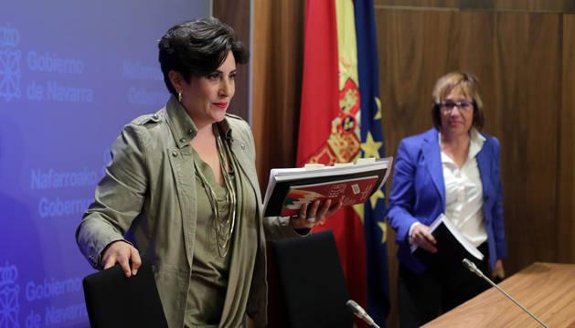 Foto de la consejera María Solana y Nekane Oroz, directora de Universidades.