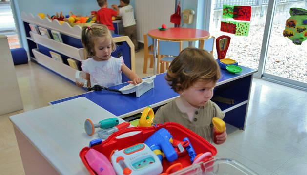 Imagen de cuatro niños se divierten en la escuela infantil de Donibane.
