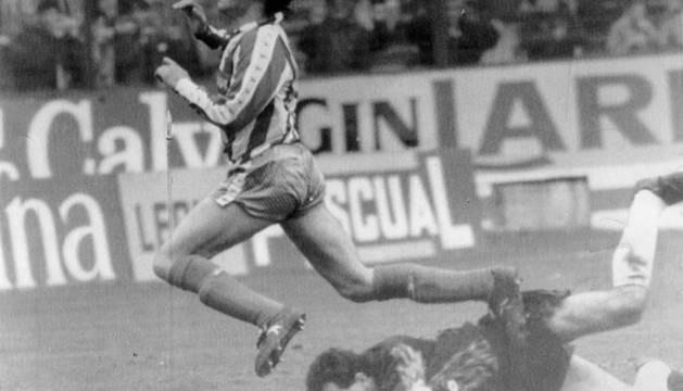 Luis Enrique, hoy entrenador del Barcelona, cae ante Roberto defendiendo la camiseta del Sporting.